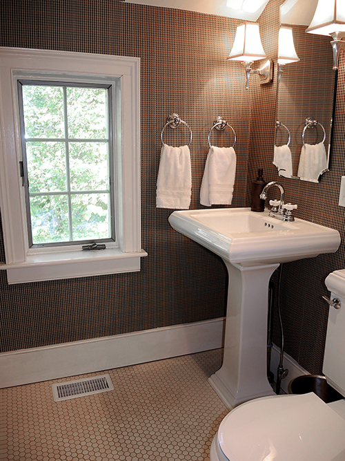 1820 Schoolhouse Farm half bath on first floor
