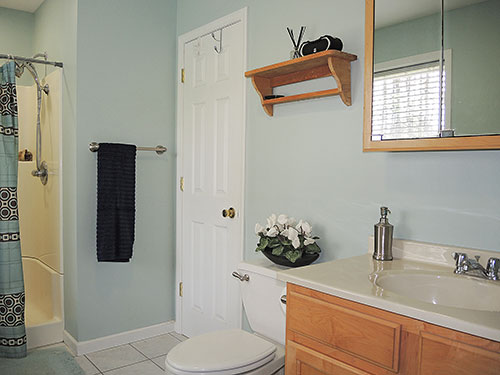 Gilley's Place master bath en suite