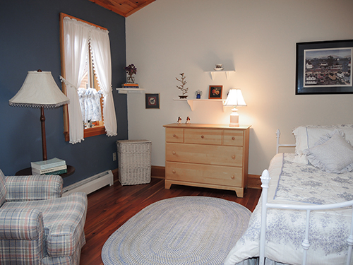 Beautiful Quiet Time Farm Bedroom W/ Daybed (2 Twins)